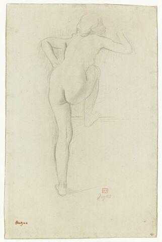 Femme nue, de dos, montant dans un char
