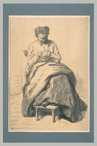 Femme, assise, de face, la tête penchée en avant, cousant