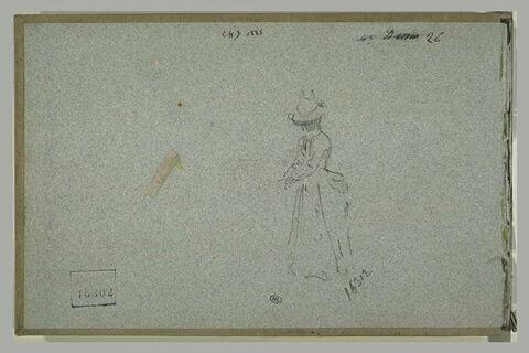 Femme, coifée d'un chapeau, debout