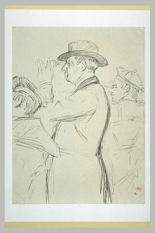Homme coiffé d'un chapeau mou, avec deux marins, regardant dans des jumelles