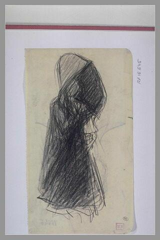 Femme portant un manteau à large capuche