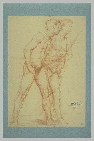Deux hommes marchant parallèlement vers la droite, chacun portant un bâton
