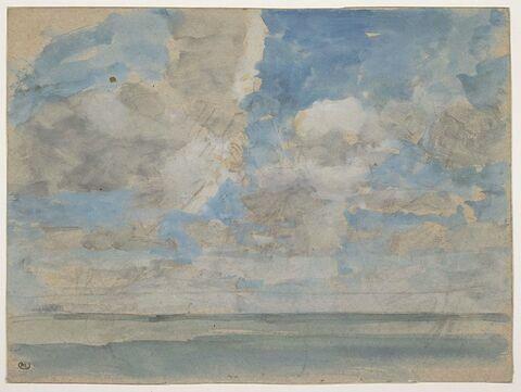 Ciel nuageux au-dessus d'une mer calme