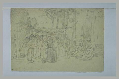 Bretons rassemblés sur une petite place plantée d'arbres