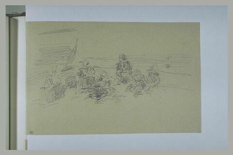 Femmes, assises sur une plage, formant un cercle