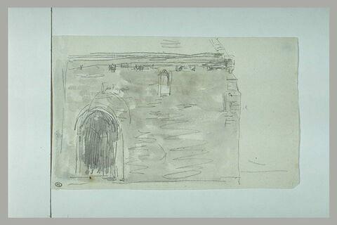 Mur latéral d'église percé d'une porte, à gauche