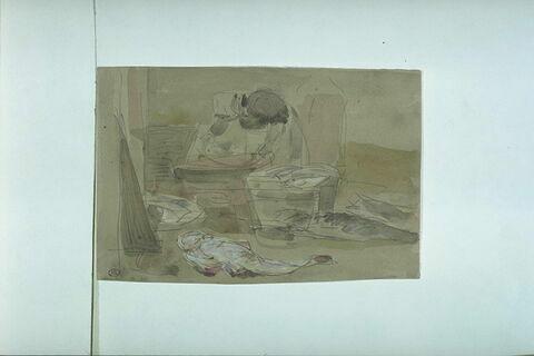 Femme penchée sur une cuve dans une poissonnerie