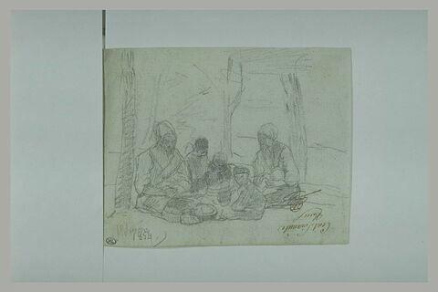 Deux femmes et des enfants assis sous des arbres