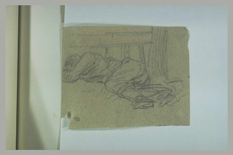 Homme couché sur le sol