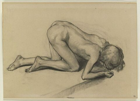 Enfant nu, agenouillé, la tête au niveau du sol, buvant dans sa main
