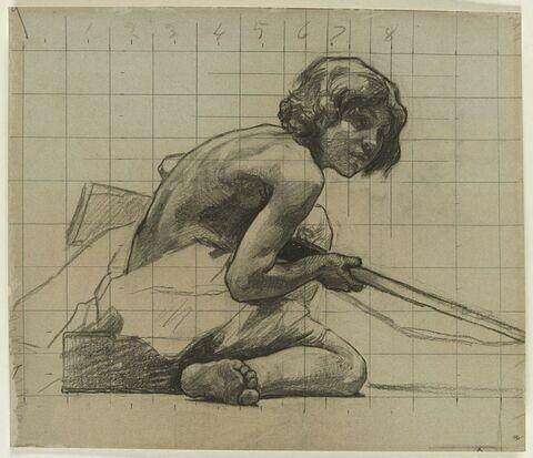 Jeune garçon agenouillé sur le sol, tenant de la main droite un long bâton