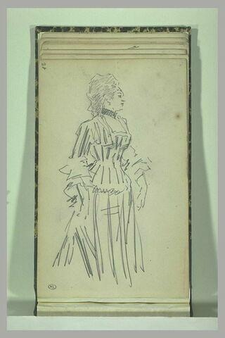 Une femme debout, tournée vers la droite