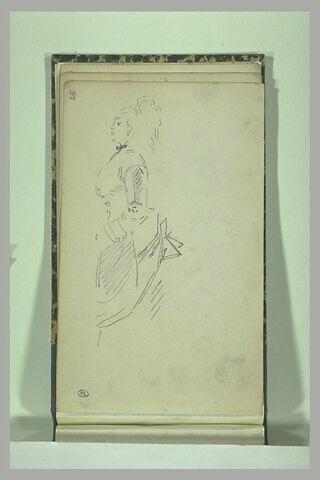 Femme debout, de profil, tournée vers la gauche