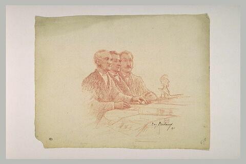 Trois hommes assis à une table, de trois quarts à droite