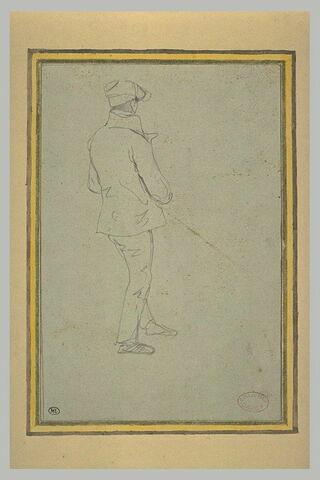 Homme coiffé d'une casquette, debout, vu de dos, tourné vers la droite