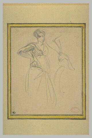 Femme arabe debout, le poing droit sur la hanche