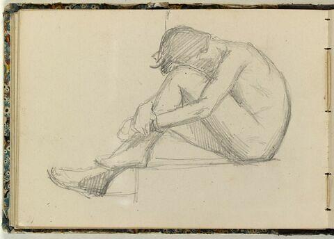 Homme assis, les jambes repliées