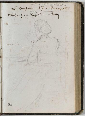 Femme assise coiffé d'un chignon, vue de dos