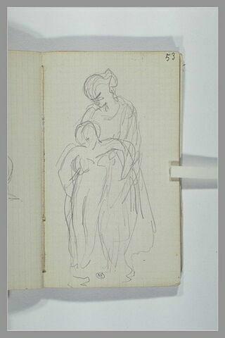 Une femme soulevant un enfant