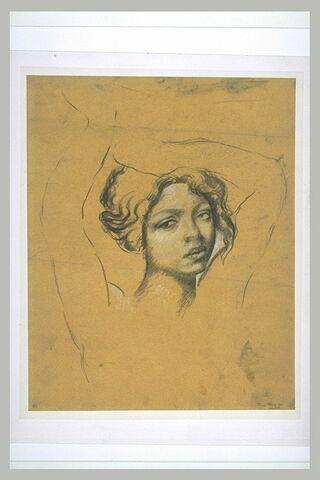 Jeune fille en buste, les bras au-dessus de la tête