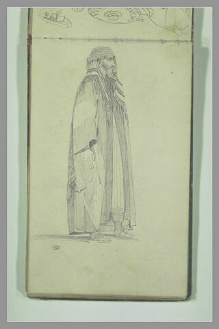 Arabe en pied, de profil à droite