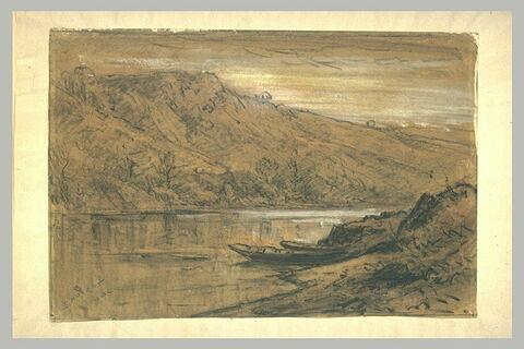 Rivière serpentant entre des collines et au premier plan des bateaux