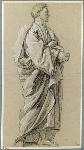 Homme drapé, debout, les mains jointes, tourné vers la droite