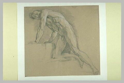 Homme nu, à demi agenouillé sur des degrés, tourné vers la gauche