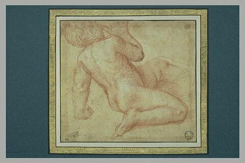 Figure d'enfant nu, assis, vu de dos de trois-quarts
