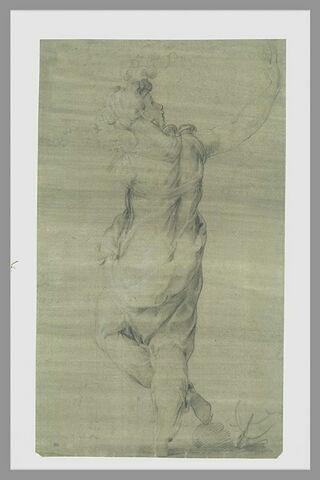 Femme debout, de dos, le bras levé