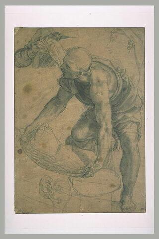 Homme soulevant de terre un sac. Croquis d'une tête et des mains