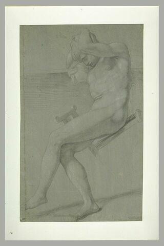 Homme nu, assis en équilibre sur une chaise, les deux mains sur la tête