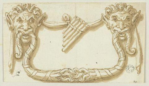 Marteau de porte formé par deux têtes de faune, avec une flûte de Pan