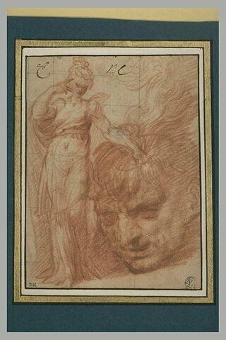 Femme posant la main gauche sur une énorme tête d'homme