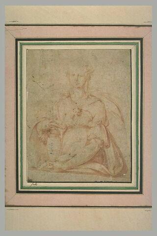 Femme, vue de face, tenant des deux mains une amphore