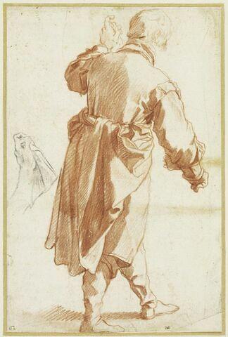 Homme debout de dos, se dirigeant vers la droite ; reprise de la main gauche