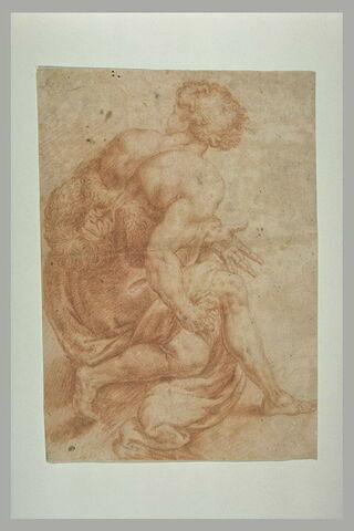 Homme portant une fourrure, accroupi, vu de dos
