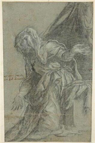 Une femme à genoux, les bras ouverts