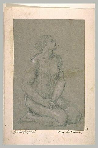Femme nue assise, regard tourné vers le haut, mains jointes sur les genoux