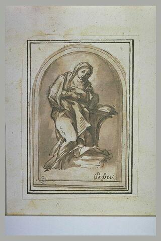 Une femme à genoux, les mains sur la poitrine, en prière