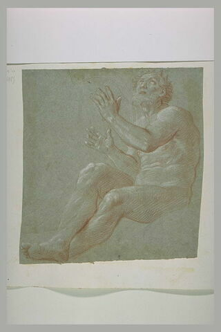 Un homme courronné, nu, assis, levant les bras et les yeux au ciel : le roi David