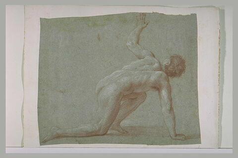 Un homme nu posant une main et un genou à terre