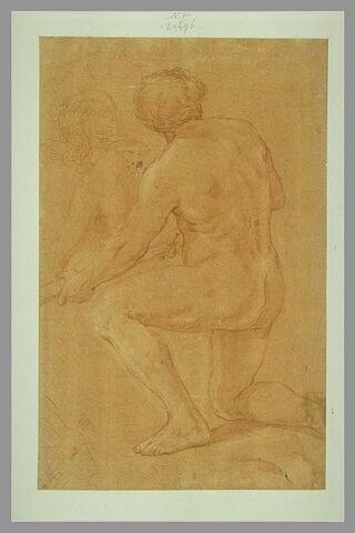 Homme nu, de dos, à demi agenouillé, tenant un objet des deux mains
