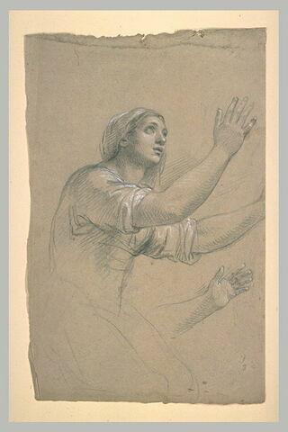 Femme à genoux, les deux bras levés