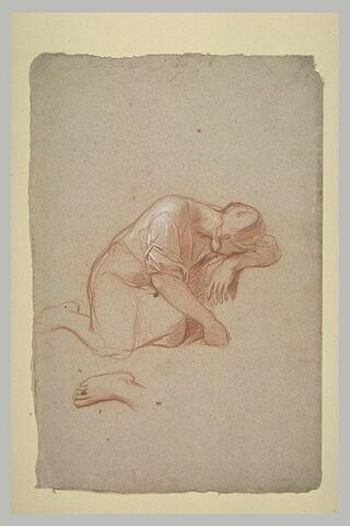 Femme à genoux, la tête reposant sur son bras replié