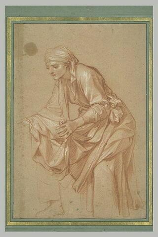 Femme drapée debout, penchée en avant