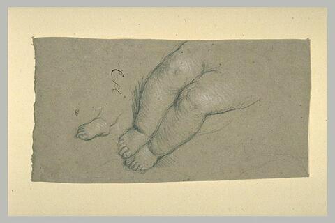 Deux jambes et un pied d'enfant