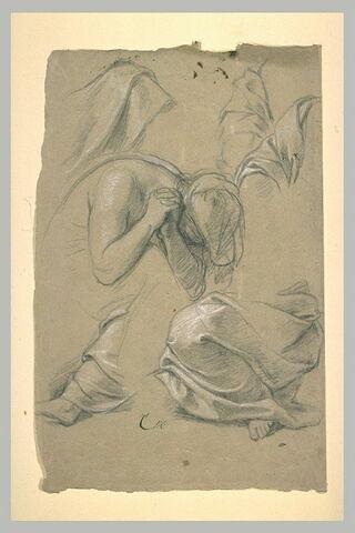 Femme assise, la tête penchée en avant, les mains croisées.