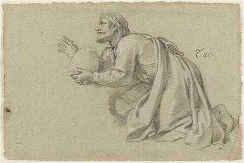 Homme à genoux, drapée, tenant un casque