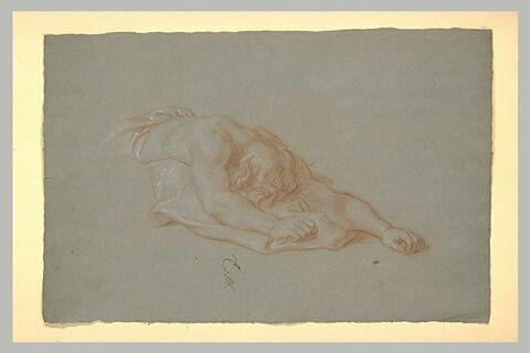 Homme allongé à mi-corps, la face contre terre